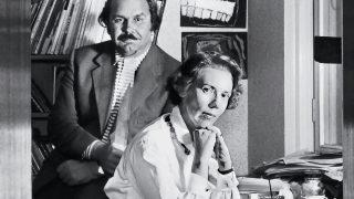 Mustavalkokuva, jossa Tapio Wirkkala on puolisonsa taiteilija Rut Brykin kanssa.