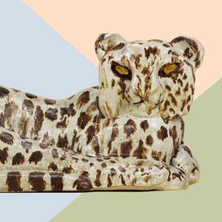 Leopardi-veistos vuodelta 1961, jonka on tehnyt keramiikkataiteilija Michael Schilkin . Teos on esillä Lotta Mattilan suunnittelemassa ympäristössä, EMMAssa.