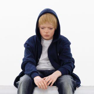 Elmgreen & Dragsetin 2020-näyttelyn teos The Wait, jossa pikkupoika istuu Mini Cooper -auton päällä.