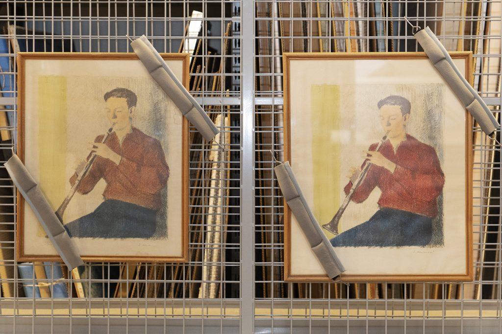 kaksi identtistä Erkki Kuloveden Klarinetinsoittaja-litografiaa. Näitä on kuulunut EMMA-kokoelmaan vähintään kuusi kappaletta, jotka Espoon kansakoululautakunta hankki 1950-luvulla jaettavaksi kansakoulujen seinille. Viimeisimpänä niistä on konservoitu Tuomarilan koulussa vuosikymmeniä sijoitettuna pitkäaikaislainan muodossa.