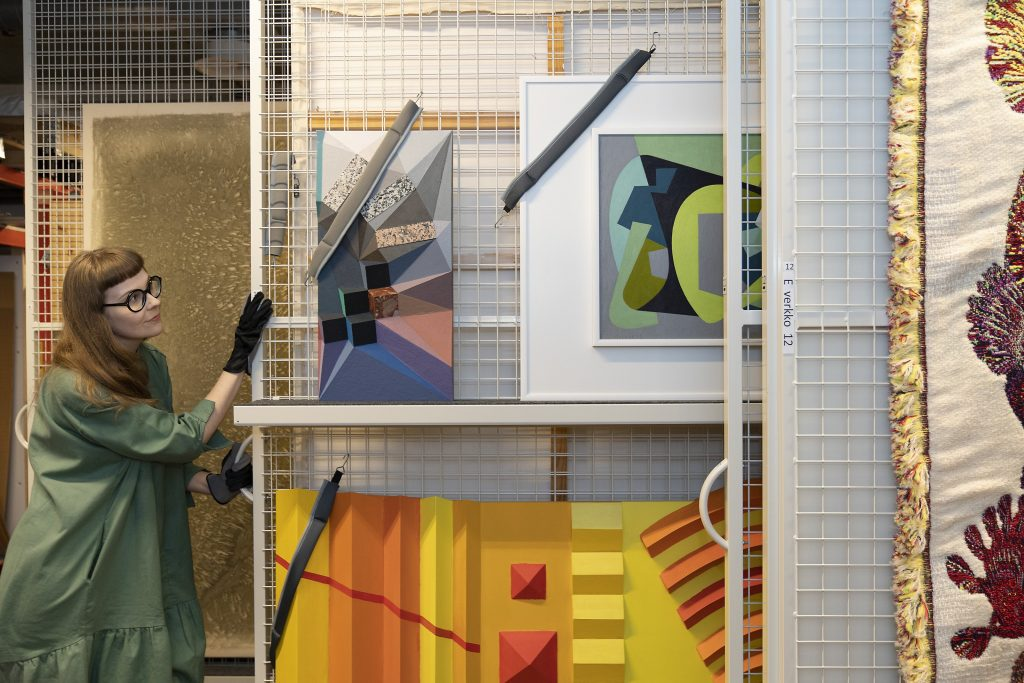 EMMA-kokoelman taideteoksia varastoituna turvallisesti ja kestävästi.