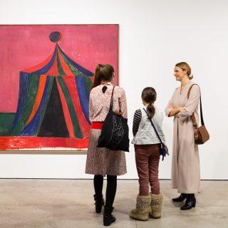kolme museokävijää näyttelytilassa katselemassa Tal R:n maalausta.