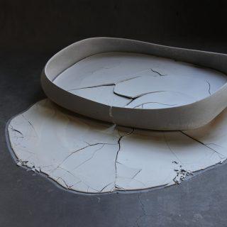 Nathalie Lautenbacherin teos, jossa saviastiaan on kuivunut märkää savea ja sen pinta lohkeilee.