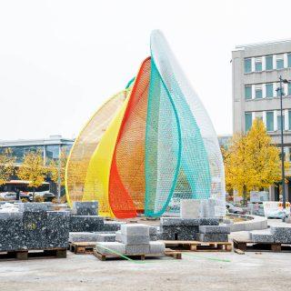 Vesa-Pekka Rannikon Vuo on esillä Espoon keskuksen Vaakunatorilla. Värikäs veistos heijastelee keskuksen monia merkityksiä.