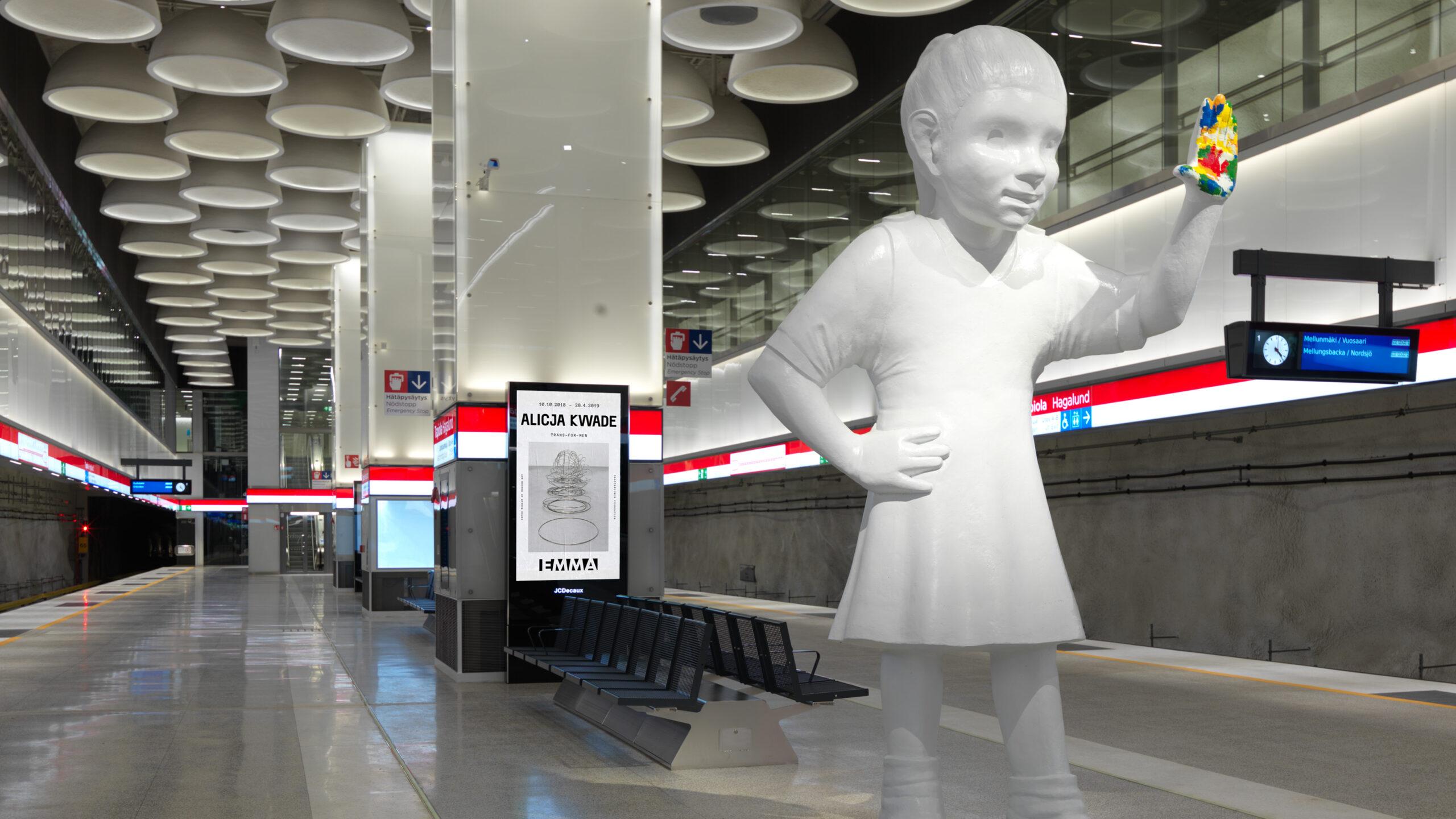 Tapiolan metroasemalaituri, jossa seisoo Kim Simonssonin veistos Emma jättää jäljen.
